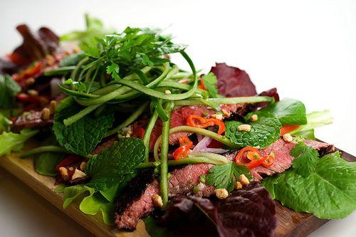 Salad bò ngon giòn thích thú